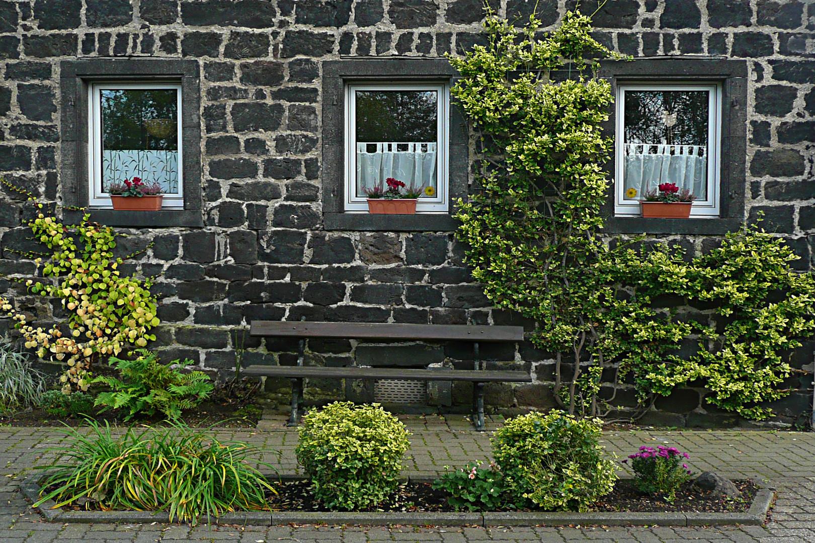 Hausfassade eines Lavasteinhauses