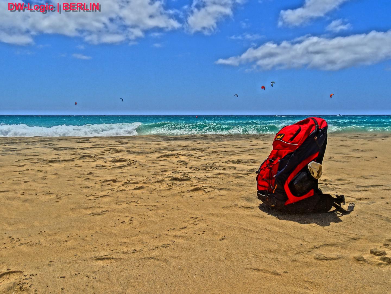 HDR - Am Strand - der einzigste mit rotem Rucksack