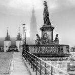 Heidelberg. Alte Brücke im Oktobernebel. S/W.