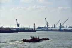 Hein schiebt eine Schute durch den Hafen