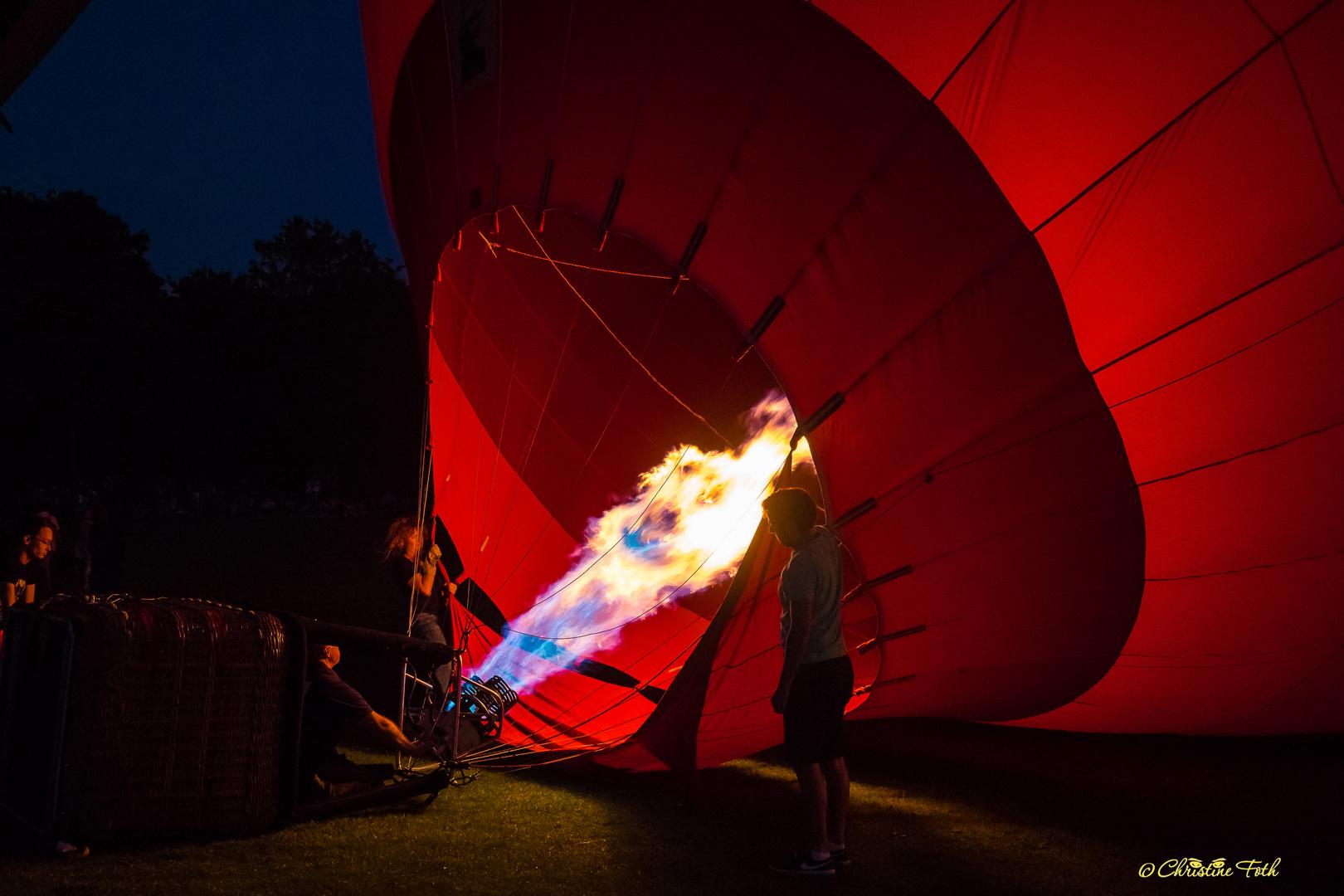 Heißluftballon bei Nacht