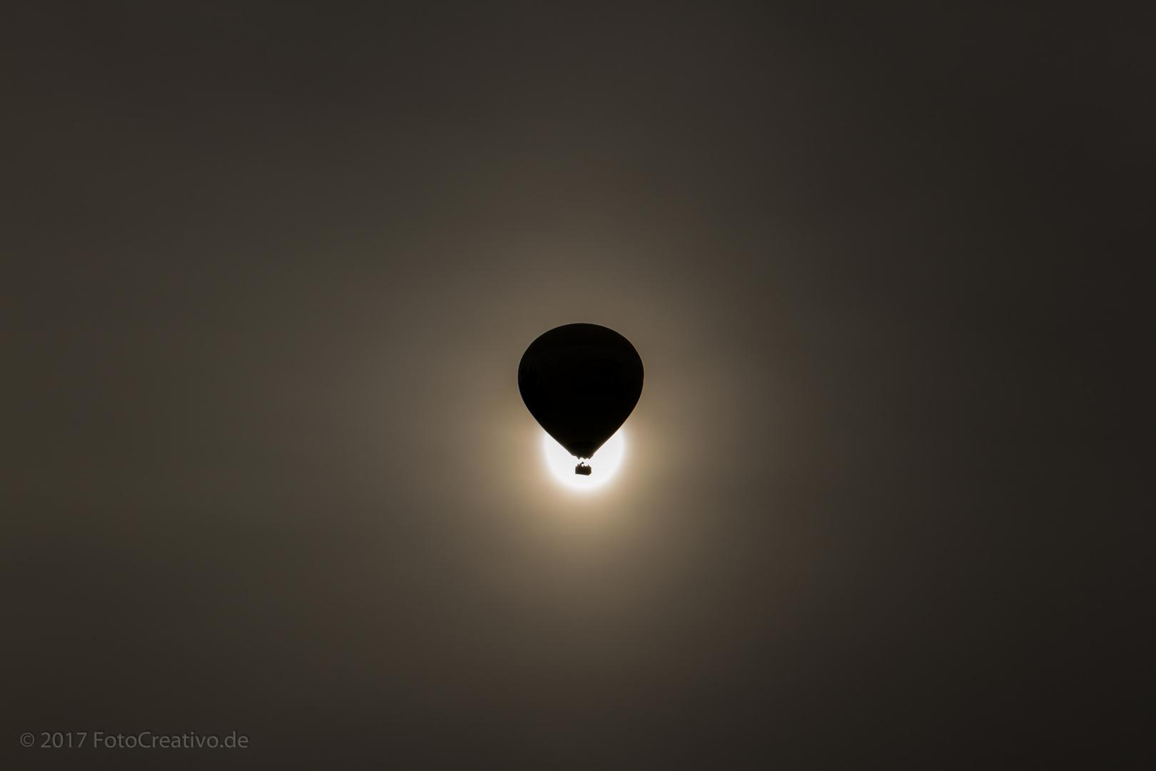 Heißluftballon vor der Sonne