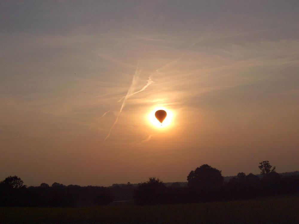 Heißluftballon vor einem Sonnenuntergang