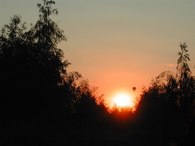 Heißluftballon vor Sonne