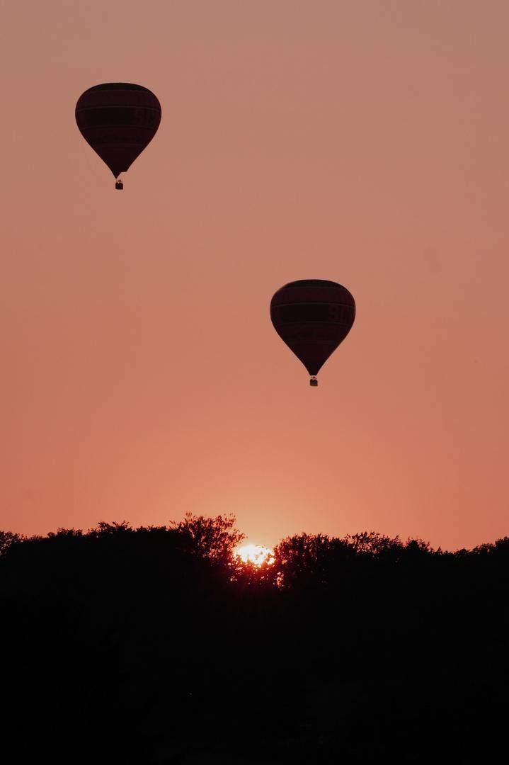 Heißluftballons im Sonnenuntergang