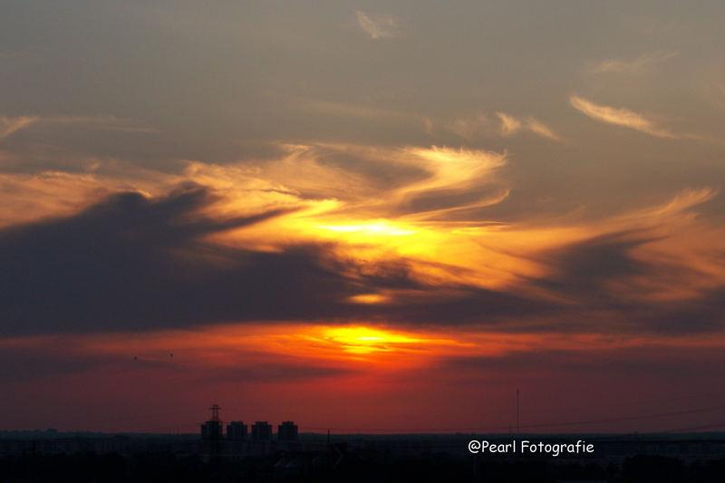 Heissluftballons in Richtung Sonnenuntergang