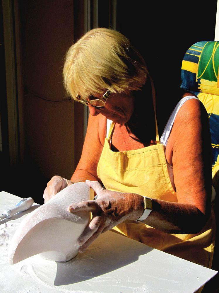 Helga gestaltet eine Skulptur aus Steatit