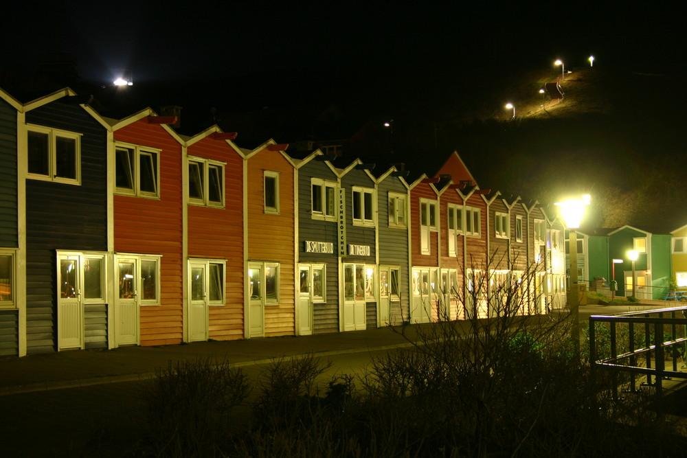 Helgoländer Hummerbuden bei Nacht.