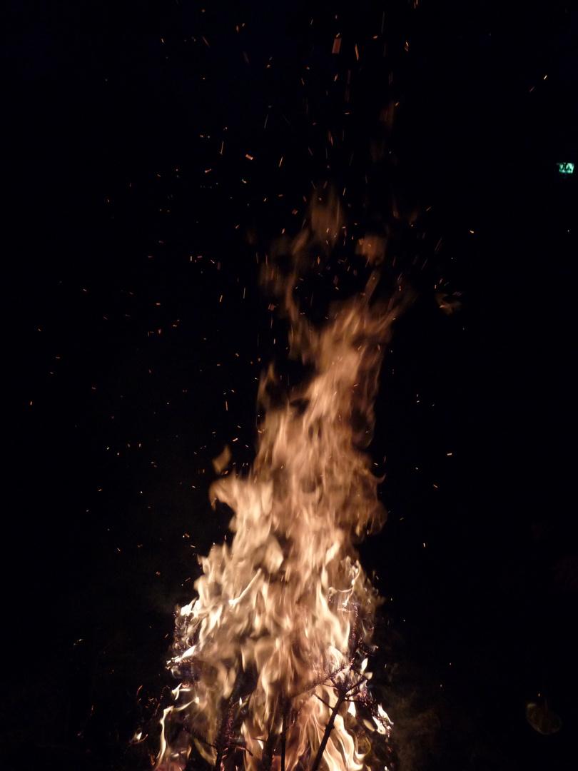 Helles Feuer in der dunklen Nacht