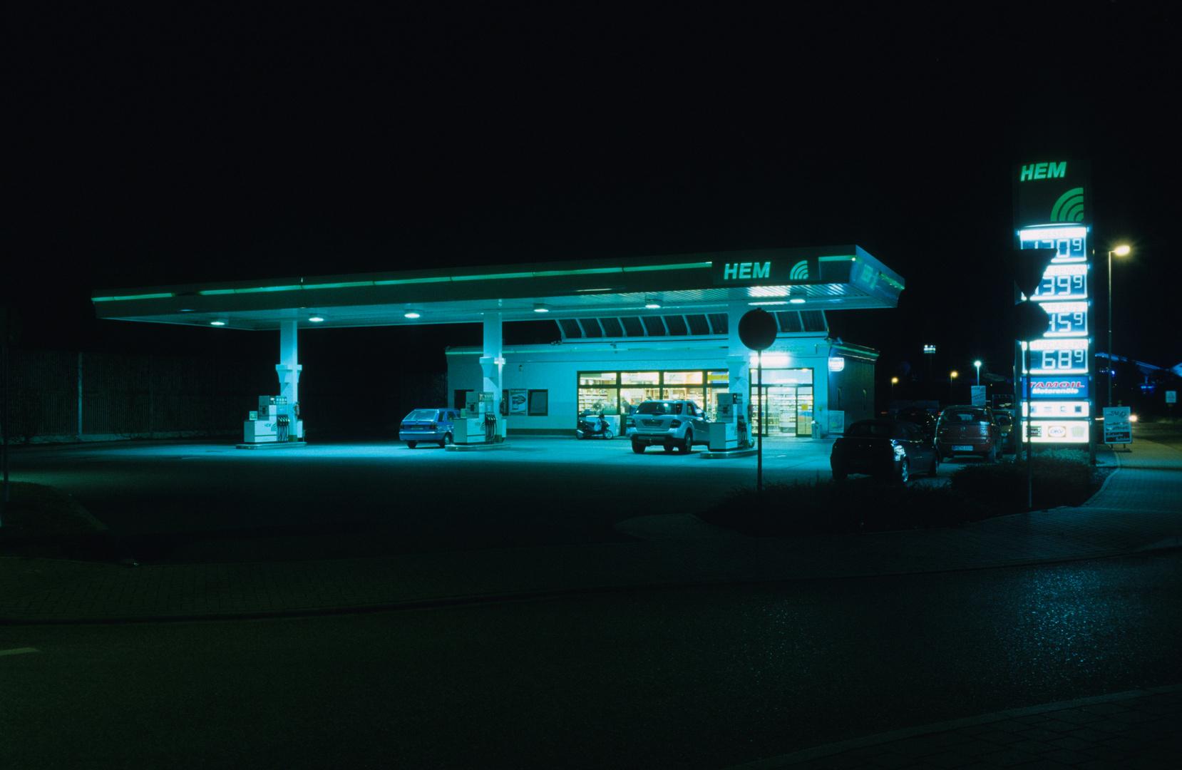 HEM-Tankstelle bei Nacht