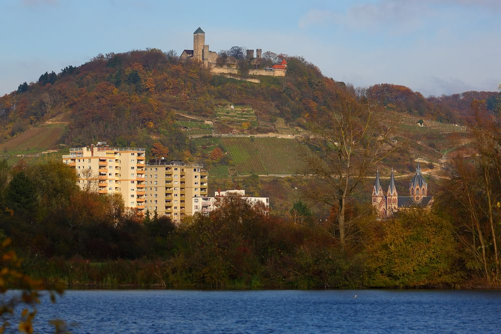"""Heppenheim mit Starkenburg auf dem Schlossberg, """"Dom der Bergstraße"""", Hochhäusern und Bruchsee."""