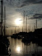 heranschleichende friedliche Dunkelheit umhüllt den kl. Hafen