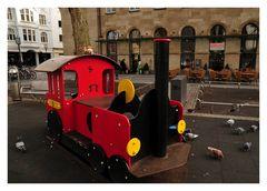 Herbert fährt gerne Zug und Frl. Mylly darf mit.
