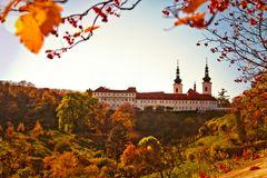 Herbst mit Kloster