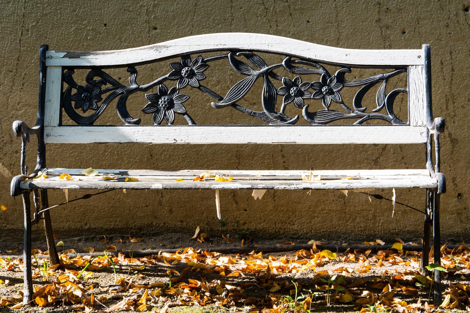 Herbstbank vor den städtischen Wohnhausbauten in der Straße Am Fort Josef, Mainz