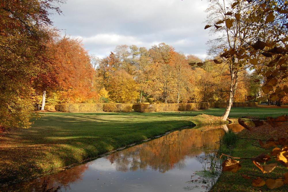 Herbstfärbung im Ludwigsluster Schlosspark an der stein. Brücke