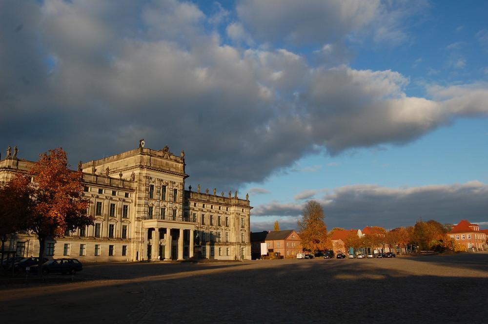 Herbstfärbung im Ludwigsluster Schlosspark Schloss