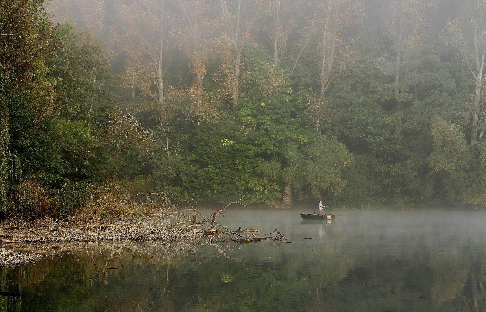 Herbstfischer im Nebel