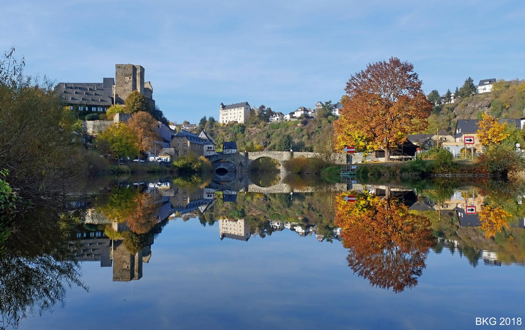 Herbstgoldspiegelbild an der Lahn