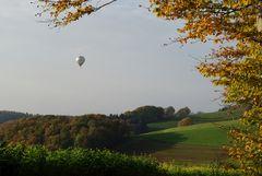 Herbstlandschaft mit Ballon