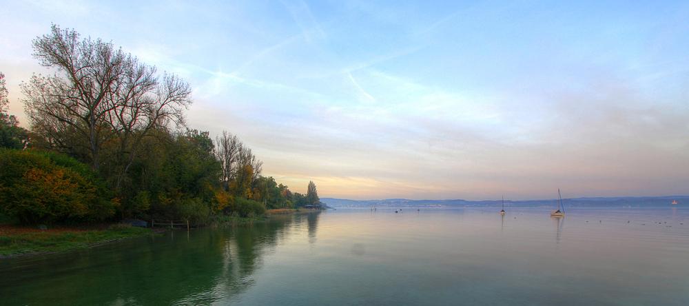 Herbstliche Stille über dem See