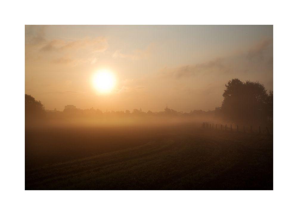 < herbstlicher Sonnenaufgang >