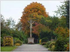 ... herbstliches Friedhofkreuz