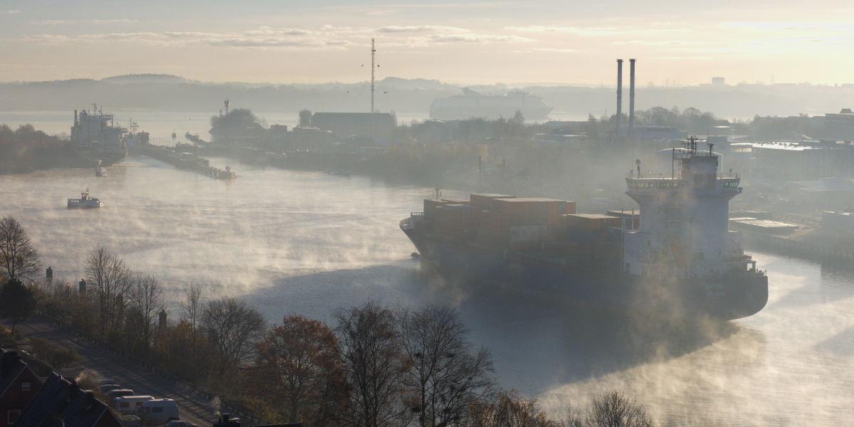 Herbstnebel über dem Nord-Ostsee-Kanal