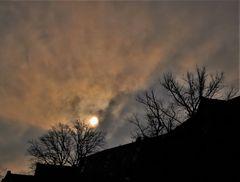 Herbstsonne über den Dächern der Stadt