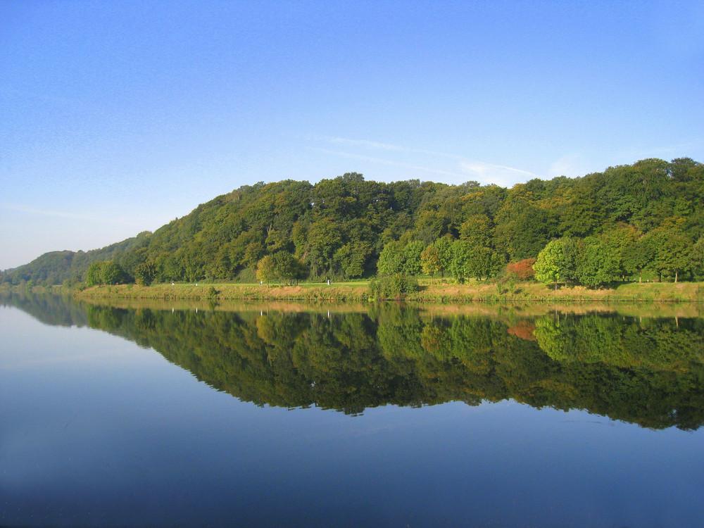 Herbstspiegelung am Kemnader Stausee