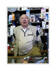 Herr Klem (der Franzose), Jahrgang 1923, arbeitet in seinem Laden seit 1946