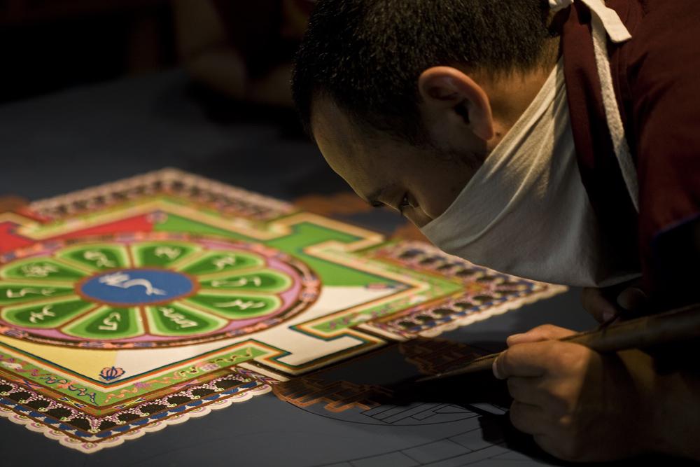Herstellung von Sandmandalas durch Tibetische Mönche