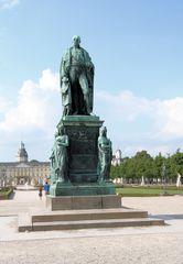 Herzögliches Denkmal auf dem Schloßplatz Karlsruhe