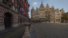 Het Stadhuis met Huizen op de Grote Markt