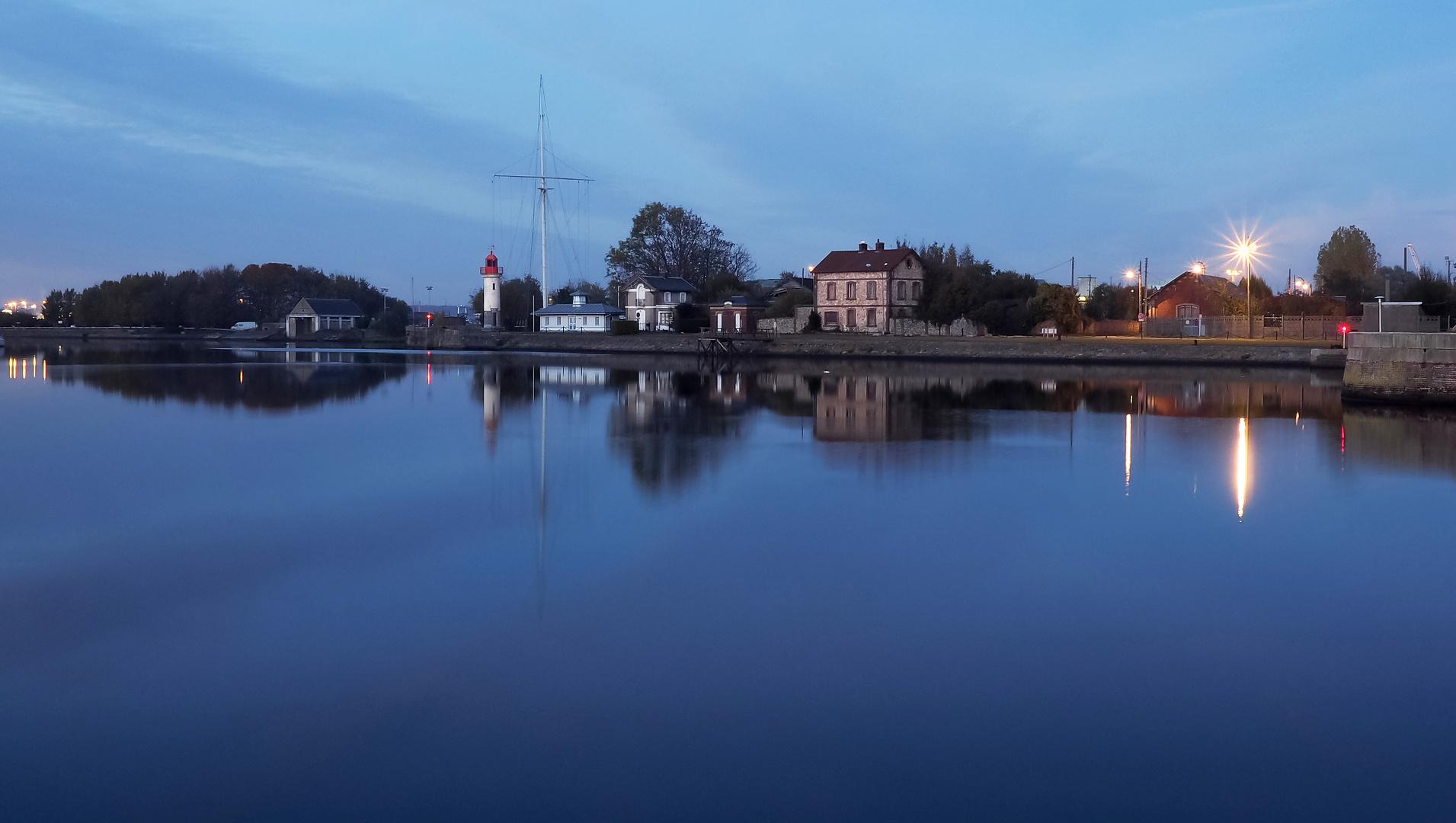 Heure bleue dans le port d'Honfleur.