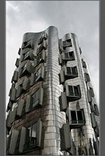 Heute grau ..... der Gehry - Bau....
