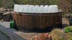 Heute Mittag sind diese  10x  12- Literkanister angekommen als Überlebenshilfe für unseren Garten...