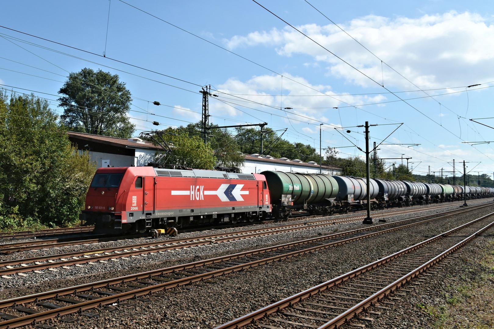 HGK 185 631-9 passiert S-Bahnhof Düsseldorf Eller