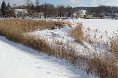 hier hat der Wind den Schnee übers Wasser an Land geweht