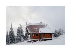 Hier ist das Holz neben der Hütte ...