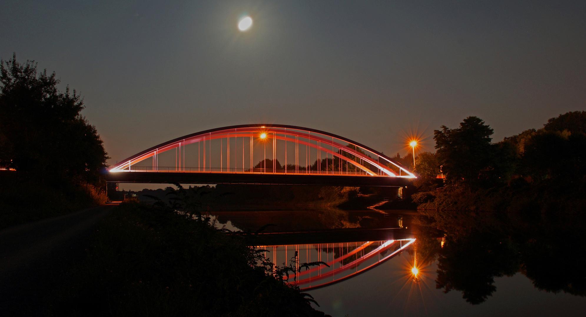 Hier ist die gwünschte Brücke mit Kanal