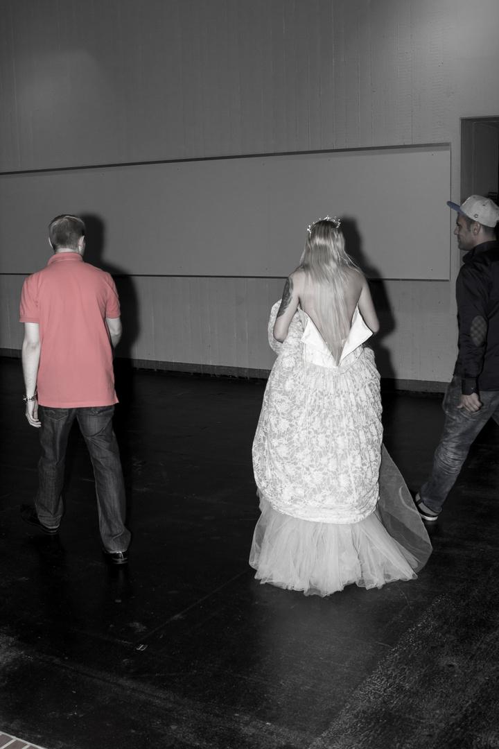 Hier kommt/geht die Braut