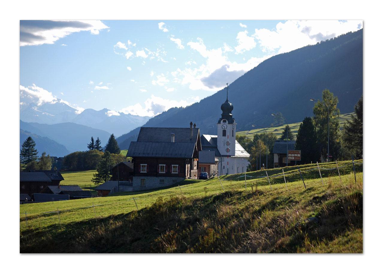 Hier steht die Kirche auch im Dorf