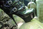 High Heels auf altem Rolls Royce