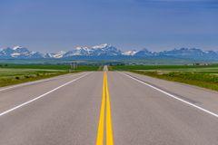 Highway gegen Rocky Mountains, Kanada