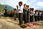 Himalaya Staat Sikkim (Indien) -Gebetsritual vor dem Schulbeginn-