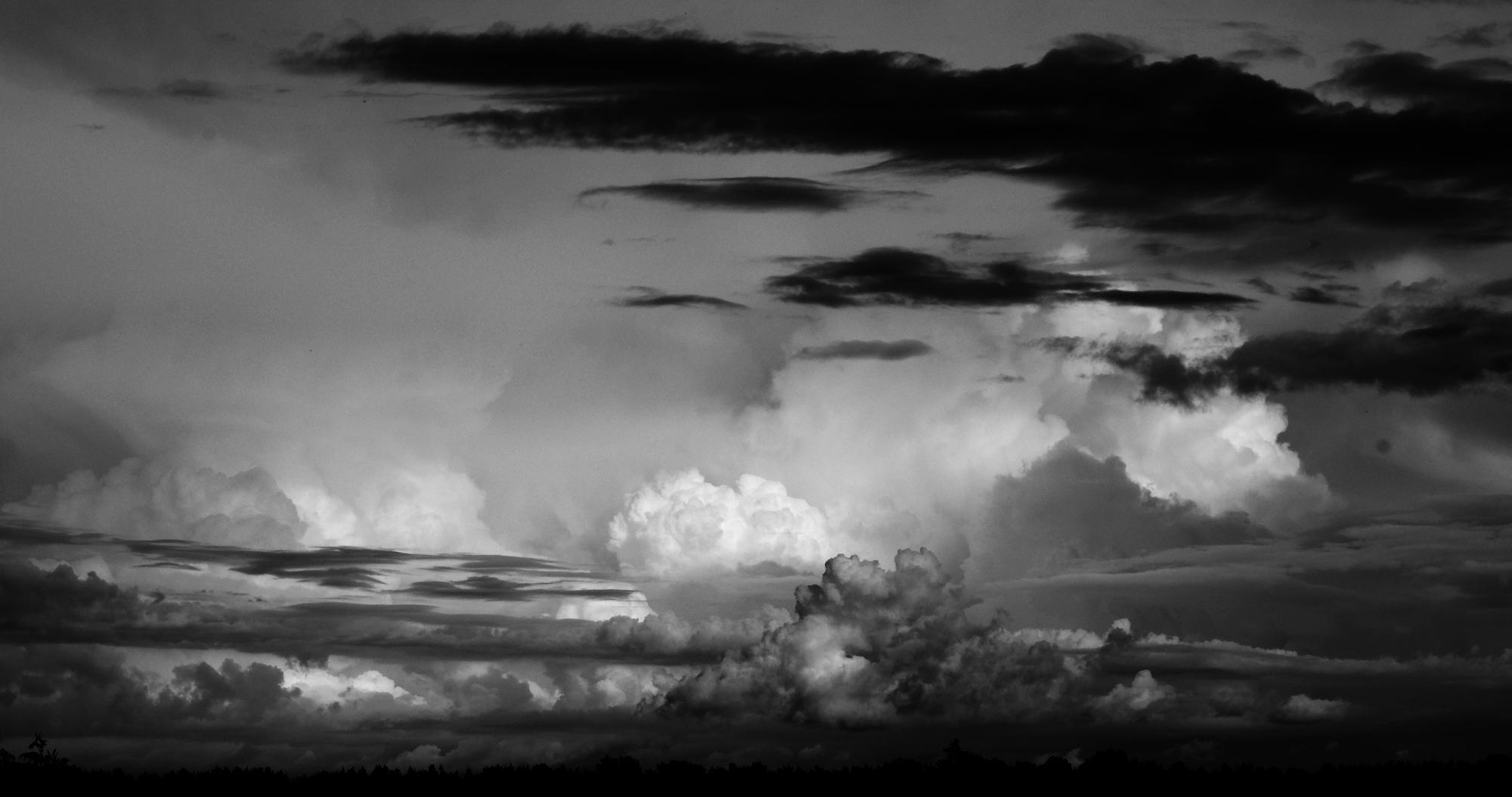 Himmel dramatisch in schwarz-weiß