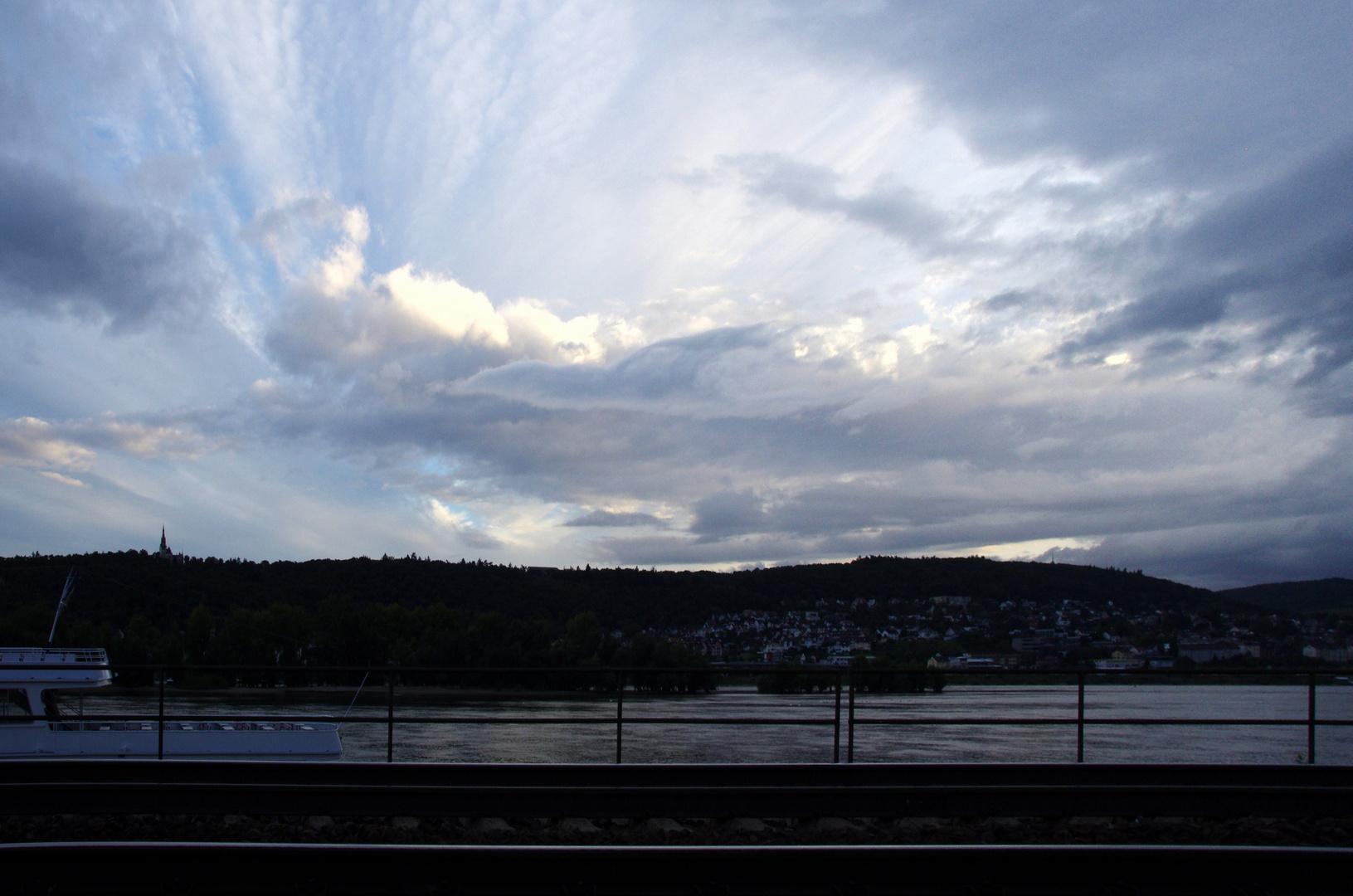 Himmel über dem Rhein