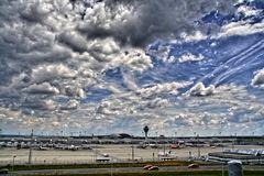 Himmel und Wolkenbildung mit Flughafen