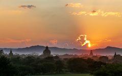 ...Himmelsschauspiele über Bagan...